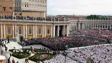 Le pape Jean Paul II a été officiellement béatifié dimanche à Rome par son successeur Benoît XVI devant des centaines de milliers de catholiques réunis sous le soleil place Saint-Pierre. /Photo prise le 1er mai 2011/REUTERS/Stefano Rellandini