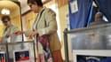 Une Ukrainienne glisse son bulletin dans l'urne, le 11 mai, à Donetsk.