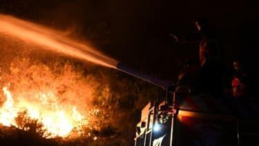 Les pompiers portugais luttent contre les flammes à Colmeal proche de near Gois dans le nord-est du pays, le 21 juin 2017