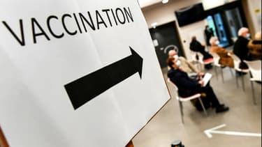 Des gens attendent pour être vaccinés à Quimper, le 20 janvier 2021