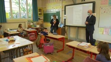 Le ministre de l'Éducation nationale, Jean-Michel Blanquer, en visite dans une école de Palaiseau (Essonne), le 12 mai 2020, au deuxième jour du déconfinement.