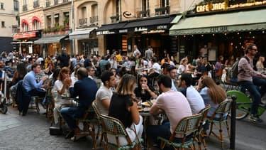 Les terrasses des restaurants et des cafés de la rue de Buci à Paris le 2 juin 2020
