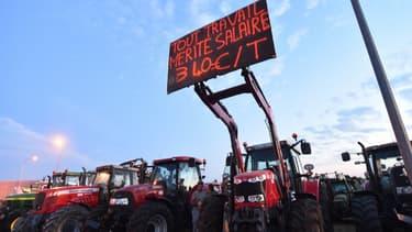 """Les manifestants à Laval promettant """"de poursuivre"""" le blocus de l'usine du géant laitier entamé lundi."""