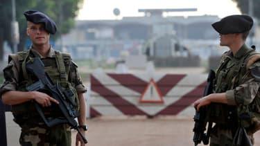 Des soldats français de l'opération Boali devant un checkpoint près de l'aéroport de Bangui, le 10 octobre 2013.