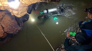 Les plongeurs de la Royal Thai Navy SEAL traversent un tronçon inondé de la grotte Tham Luang en Thaïlande.
