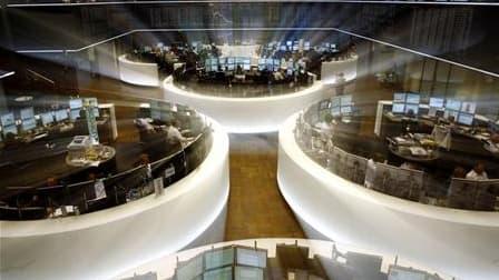 A la Bourse de Francfort, lundi. Les Bourses européennes se sont retournées à la baisse mardi après avoir ouvert en hausse, le recul des cours du pétrole relatif au ralentissement de l'économie mondiale entraînant les places financières en territoire néga