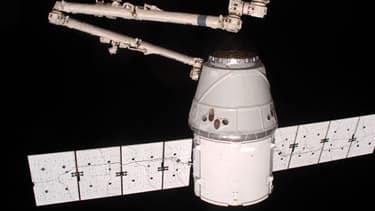 Vue depuis la station spatiale internationale de la capsule Dragon, le 25 mai 2012