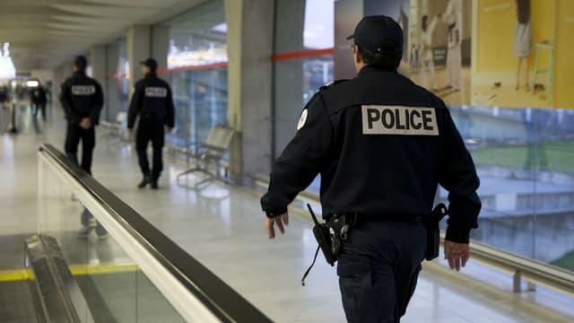 Patrouille de police dans les couloirs de l'aéroport Roissy-Charles-de-Gaulle