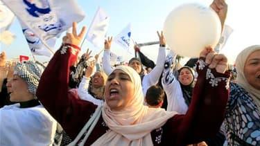 Meeting du parti Ennahda (renaissance) à Tunis. La formation islamiste, interdite sous l'ancien régime, aborde en position de favori les élections constituantes qui se dérouleront dimanche en Tunisie. /Photo prise le 21 octobre 2011/REUTERS/Zohra Bensemra