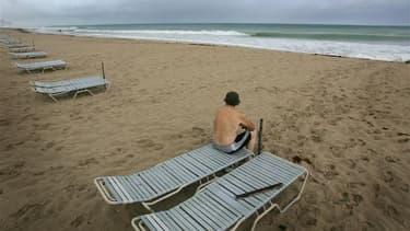Sur une plage de Floride. Une collectivité de Floride va consacrer plusieurs milliers de dollars à des campagnes de publicités visant à attirer des touristes européens adeptes du nudisme. /Photo d'archives/REUTERS/Carlos Barria