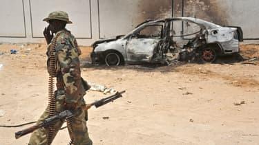 Un soldat somalien patrouille près d'une carcasse de voiture utilisée par les islamistes shebab (photo d'illustration).