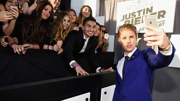Justin Bieber prend des selfies avec ses fans en mars 2015