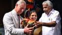 Un ministre indien remet au Prince Charles un cadeau, le 14 novembre 2013, à l'occasion de son 65e anniversaire.