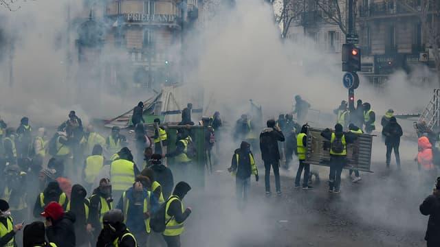 Des gilets jaunes près des Champs-Élysées samedi 1er décembre à Paris.
