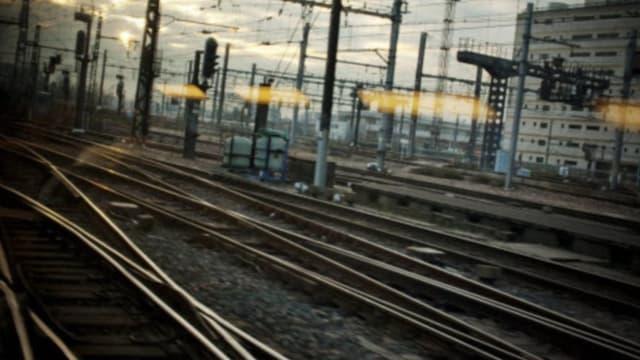 Les sénateur préconisent d'investir massivement pour rénover les rails existant.