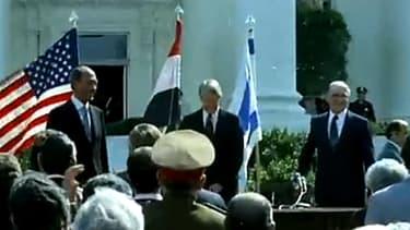 Le 17 septembre 1978, le président américain Jimmy Carter, entouré du président égyptien Anouar el-Sadate et du Premier ministre israélien Menahem Begin, signent les premiers accords de Camp David.