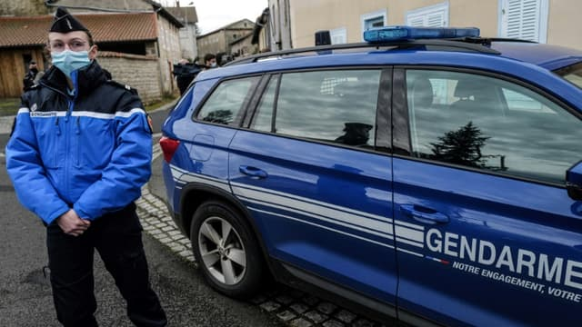 Une gendarme et un véhicule de gendarmerie (photo d'illustration).