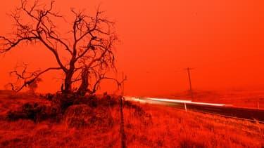 Le ciel vire au rouge à cause des fumées.