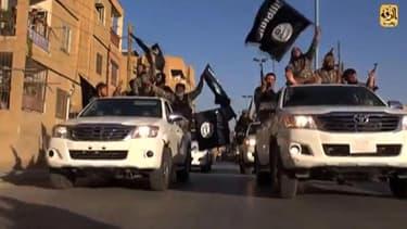 Des combattants de Daesh paradent en juillet 2014 dans la ville de Raqqa, en Syrie, après l'avoir prise. (Images de propagande)
