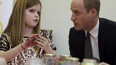 Le prince William avec une jeune orpheline, le 11 janvier 2017.