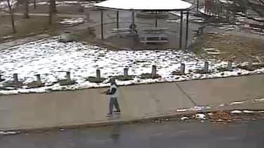 Les images de vidéosurveillance du parc montrent le jeune garçon pointer son arme factice, un jouet, sur des passants.