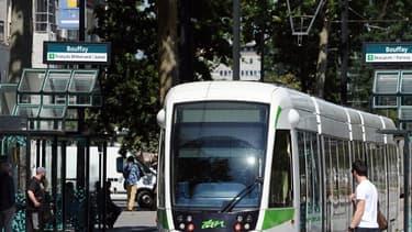Près de l'arrêt de tramway gare Nord à Nantes, un homme filmait sous les jupes des filles.