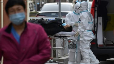 Un patient présentant des symptômes du Covid-19 est transporté à un hôpital de Pékin, le 13 janvier 2021. (Photo d'illustration)