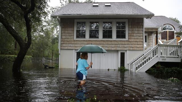 Une habitante de Southport, en Caroline du Nord, se rend dans sa maison abîmée par la tempête tropicale Florence.