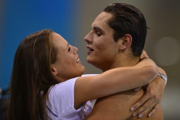Laure (à gauche) Manaudou enlace son petit frère Florent Manaudou après son or olympique à Londres en 2012