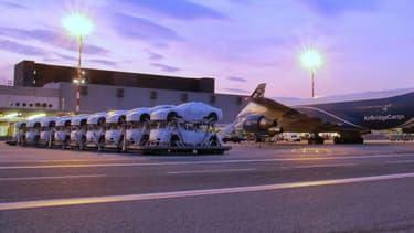 Un transport de Maserati par avions cargos lors d'une livraison réalisée au Japon en août dernier.