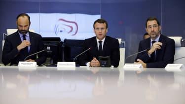 Emmanuel Macron et Christophe Castaner lors de la réunion de crise organisée ce samedi soir à Paris.