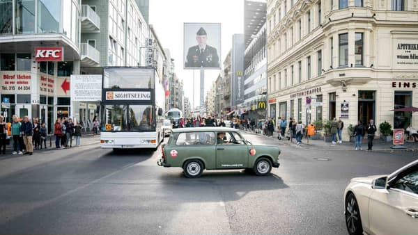 Une Trabant dans une visite toursitique à Checkpoint Charlie, le plus célèbre  point de passage entre l'Est et l'Ouest à Berlin (Allemagne).