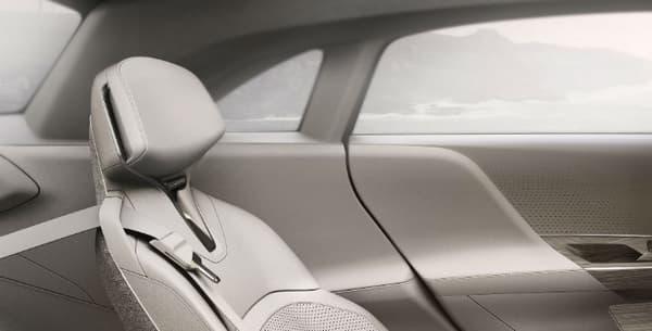 A l'arrière, les deux places passagers en font davantage une concurrente pour la future Porsche 100% électrique.
