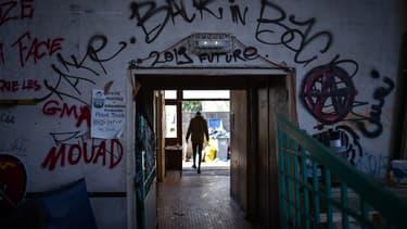 Un homme marche dans le gymnase du lycée Jeanne-Bernard occupé par des migrants près de Nantes (illustration)