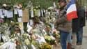 Un homme rend hommage aux victimes du Bataclan, à Paris.