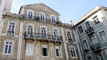 Au Portugal, un permis de séjour est accordé aux citoyens non-européens qui investissent au moins 1 million d'euros, ou achètent pour 500.000 d'immobilier ou encore créent au minimum 10 emplois.