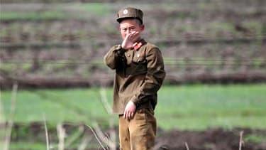 Soldat nord coréen près de la ville de Sinuiju. Le dirigeant nord-coréen Kim Jong-il a ordonné à ses forces armées de se mettre sur le pied de guerre, selon l'agence de presse sud-coréenne Yonhap. /Photo prise le 25 mai 2010/REUTERS/Jacky Chen