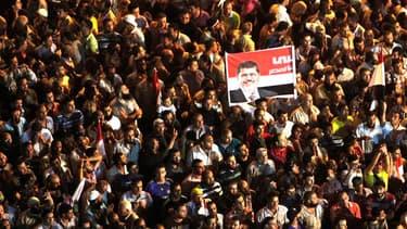 Les Frères musulmans, qui ont poursuivi vendredi leur démonstration de force dans les rues du Caire et les généraux au pouvoir en Egypte pourraient trouver une issue à la guerre des mots qui les oppose par le biais de négociations discrètes engagées en co