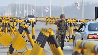 Un soldat sud-coréen contrôle une voiture sur la route qui mène à un complexe industriel nord-coréen, dans la ville frontalière de Paju, le 8 avril 2013.