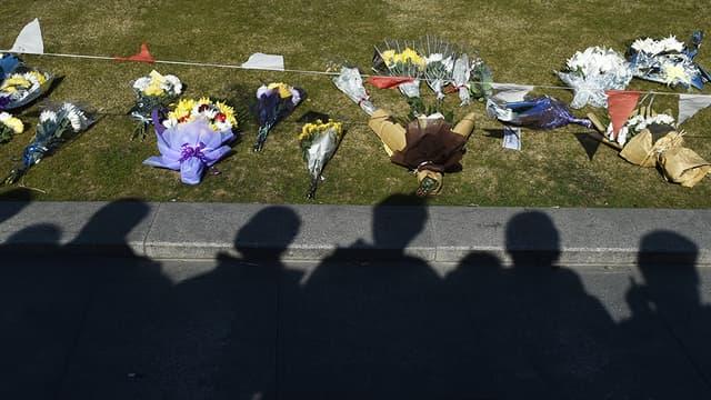 Des fleurs déposées sur le Bund à Shanghai, en hommage aux victimes de la bousculade, la nuit de la Saint-Sylvestre.