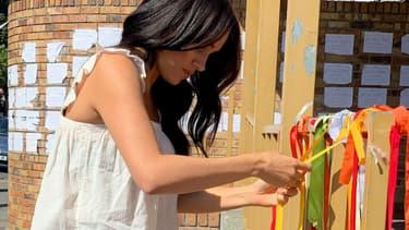 Meghan Markle au Cap, attachant un ruban en hommage à l'étudiante victime de féminicide
