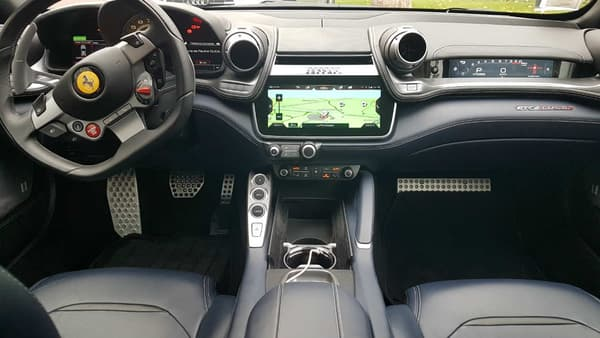 Grand écran tactile, ports USB, système de connectivité CarPlay, Ferrari joue la carte de la modernité dans sa familiale.