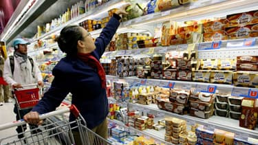 Une cliente dans un supermarché de Lyon fait ses courses le 7 novembre 2005.
