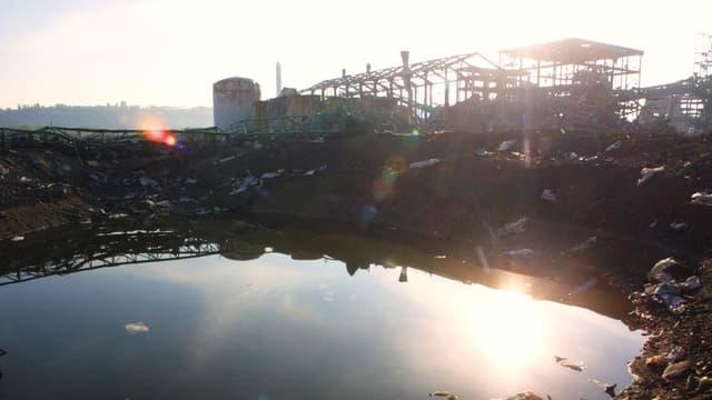 Vue du cratère provoqué par l'explosion de l'usine chimique AZF de Toulouse, le 26 octobre 2001