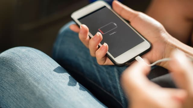 Une batterie de smartphone qui se décharge rapidement peut constituer un indice de piratage.