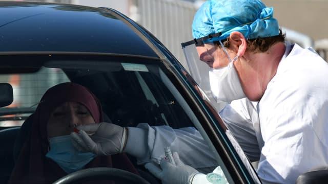 Un biologiste réalise un test de contamination au Covid-19 sur le parking de l'hôpital de Laval (Mayenne), le 9 juillet 2020, après une recrudescence des cas dans le département.