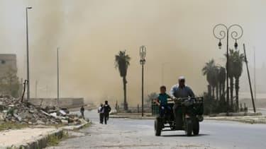 De la fumée au-dessus d'un quartier d'Alep après des frappes aériennes, le 26 avril 2016