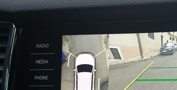 En ville, le Kodiaq se montre plutôt agile malgré son gabarit. Ici bien aidé par le système de caméra arrière avec vue du dessus.