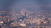 Vue de l'Arc de Triomphe depuis la Tour Montparnasse à Paris, lors d'un pic de pollution le 29 décembre 2016.
