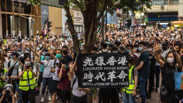 Manifestants le 1er juillet 2020 à Honk Kong, brandissant une pancarte demandant l'indépendance